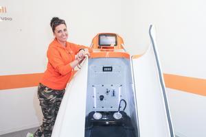 Agnes Winqvist visar en av maskinerna där man man träna i vakuum och med andra effekter.