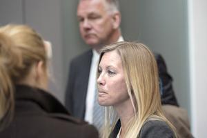 Kammaråklagare Jenny Alriksson och advokat Per Svedlund i väntan på rättens beslut om 54-åringen skulle vara kvar i häkte eller inte.