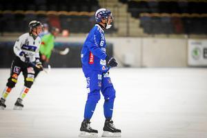 Richard Wallin-Kamperin i Vänersborg fick sitta av tjugo minuter efter ojustheter. Nu är han den mest utvisade i hela Elitserien.