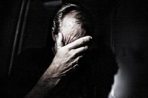 Att möta en människa är sorg kan kännas svårt.  Vad ska jag säga? Vad ska jag göra? Inom Svenska kyrkans arbete finns en bred beredskap för att hjälpa. Bland mycket annat anordnas Leva vidare-grupper.  Foto: TT arkiv