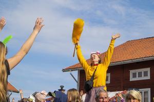 Estrad Ljusdals danslärare Frida Krantz ledde dans när karnevalen kom fram till Stenegård.