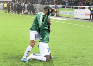 Christian Kouakou klappas om av Jonathan Morsay efter 2–0-målet. Foto: Ulf Palm/TT
