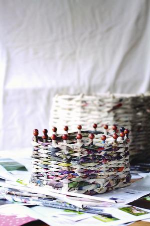Den här korgen är gjord av en katalog för kläder. Stagen är tillverkade av grillpinnar och på toppen sitter ditlimmade träkulor.Foto: Malena Skote