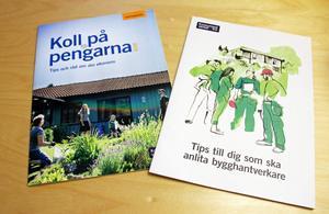 Broschyrer hos Konsumentvägledaren i Borlänge kommun. På bilden broschyrerna Koll på pengarna och Tips till dig som ska anlita bygghantverkare.