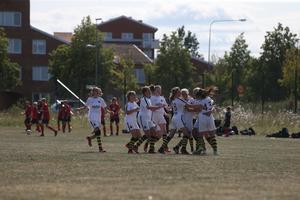 AIK Fotbolls tjejer firar en vinst efter straffläggning.