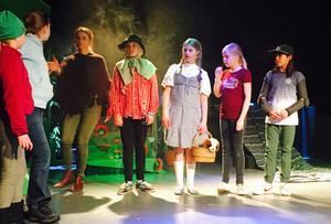 Helena Lissmatz, dramalärare med sina elever under repetitionerna av Trollkarlen från Oz