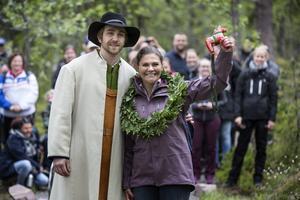Viktor Stiko gav kronprinsessan en krans vid vandringens mål i Fulufjällets nationalpark.