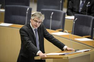 Per Åsling (C) förvånas över att Kronofogden gör något som inte ens Skatteverket lyckades med. Foto: Vilhelm Stokstad / TT /
