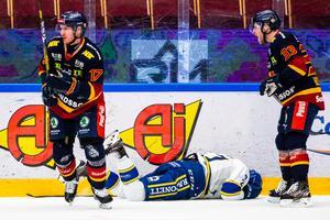 Marek Hrivik har tacklats till isen av Henrik Eriksson. Foto: Daniel Eriksson/Bildbyrån