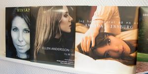 På  en av kontorets hyllor står några av de nyutgivna jazzskivorna under Naxos paraply: Rösterna av Vivian Buzcek, Ellen Andersson och Amanda Ginsburg går alla att uppleva analogt från en skivtallrik.