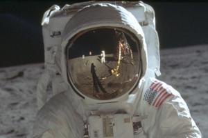 Neil Armstrongs bild syns i Buzz Aldrins hjälmvisir vid månlandningen 1969. Foto: Nasa