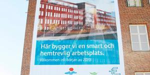 """Ombygget av Navet vid Björnövägen blev dyrare än planerat. Enligt en affisch som tidigt satt på husväggen var var alla """"välkomna in i början av 2019"""". Men nu i oktober är hyresförhandlingarna ännu inte klara."""