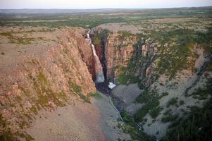 Njupeskärs vattenfall, Sveriges högsta, lyses upp av morgonsolen  under några minuter i samband med sommarsolståndet.