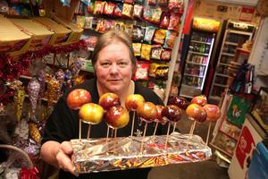 En enda dag om året säljer Eva Dahlgren glaserade äpplen och som vanligt var det många som kom in för att få mumsa på denna speciella godsak.