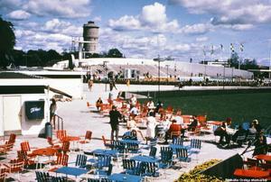 1965. Serveringen vid Gustavsviks familjebad från 1950-talet och den relativt nybyggda 50-metersbassängen med läktare. Foto: Nils Lindström. Bildkälla: Örebro stadsarkiv