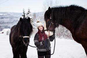 Julia Norwall Gradin tillsammans med hästarna Dollar och Julius.