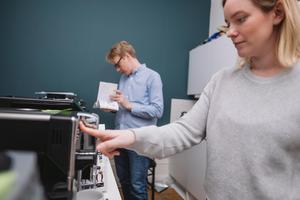 Kaffekännarna Henrik Sandén och Linnea Vannesjö bedömde både smak och maskinernas användarvänlighet.Bild: Foto: Ola Jacobsen