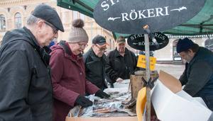 Rökt fisk och rökta korvar är alltid gångbart på marknader. Den här knallen, Dennis Fältström från Ställbergs rökeri i Kopparberg, lockade många kunder med bland annat rökt sik och regnbåge.
