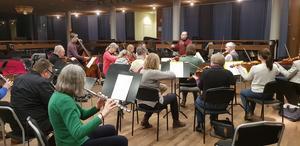 Södertälje symfoniorkester repeterar på Trombon i Stadshuset. Här på bild saknas flera musiker.