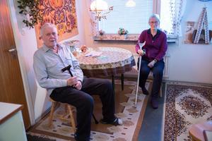 Axel W. Kronblad och grannen Elaine Sellberg oroar sig över bussbyten, och rasar över SL:s förändring på busslinje 758.