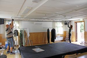 När scenbygget är klart och de sista repetitionerna fixade ska publiken välkomnas till något så ovanligt som turnépremiär i Granhammar. Anders Larm och Cecilia Kyllinge jobbar med scenen.
