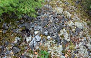 Stenhuggning till ingen nytta var en form av straffarbete när de unga vanartiga pojkarna på Boda gård hade misskött sig. Resterna finns kvar i skogen. De två högarna med småstenar skulle kunna fylla två lastbilslass.