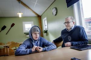 De borde finnas fler aspekter än bara kilometer bör det gäller skolvalet anser Erik Nilsson med sonen Axel.