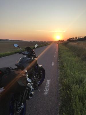 En lång dag på vägar runt våra trakter, stannade för att sträcka lite på benen. Att få uppleva en vacker solnedgång är lycka. Foto: Jessica Skoglöf