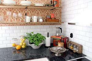 Köksbänk av granit och fasat kakel.