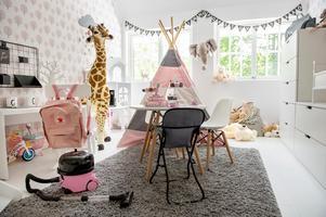 Grethes rum är huset mest färgglada. Här går det mesta i rosa toner.