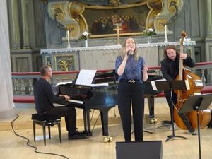 Lina Melander Göteborg med pianisten Patrik Källström Sundsvall och kontrabasisten Patrik Grundström Härnösand fick hela kyrkan i trance med sin musik.