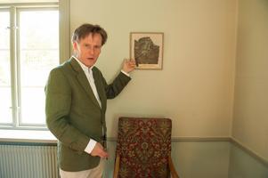 – Hela salen var täckt med sån här gyllenlädertapet, säger Olle Lind och pekar på en inramad originaldel.