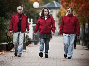 I sina röda jackor syns Sven-Olof Fernquist och Marlene Lindgren-sköld tydligt när de vandrar efter gågatan.
