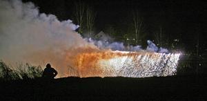 I Fäggeby firas vårens ankomst med bland annat detta fyrverkeri. Foto: Jan Norman