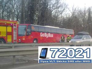 Ingen skadad. Av allt att döma tycks det vara ett motorfel eller däckproblem som vållat rökutvecklingen från bussen.