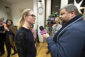 Kommunalrådet Sara Sjödal (C) intervjuas av TV 100 journalisten Tomas Hedlund om genomförandeavtalet med Karlholm Strand.