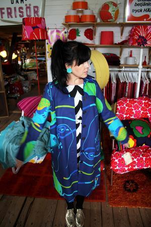 Lata Pigan. Heidi Hed provar en nyproducerad kappa i vintagemönster gjord som en del av