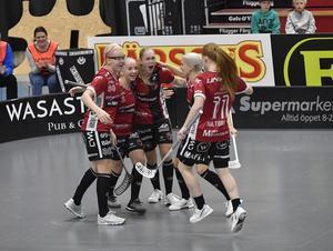 Malin Alkelöw (i mitten) blev matchvinnare när Kais Mora vann den andra semifinalmatchen.