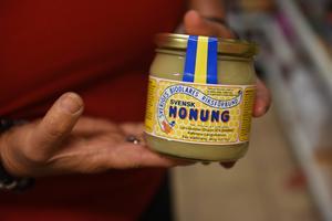 Systrarna berättar att de har tagit in flera lokala produkter, exempelvis honung från Kallmyra i Långviksmon.
