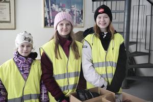 Annie Solsten, Olivia Isberg och Miranda Näsström från Norra skolan sorterade 2700 askar med russin och delade upp mellan 400 och 450 bananer från klasar. Utan funktionärer fungerar ingenting på stora tävlingar.