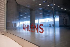 Nedervåningen på Vågen galleria är nästan helt tömd och nu lämnar även Åhléns sina stora ytor längst ner i gallerian och tränger ihop sig på mellanplanet.