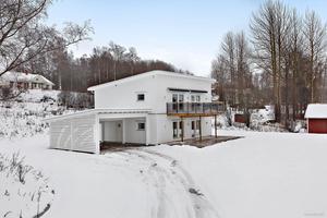 Villan är i funkisstil och byggd 2017. Bild: Husmanhagberg