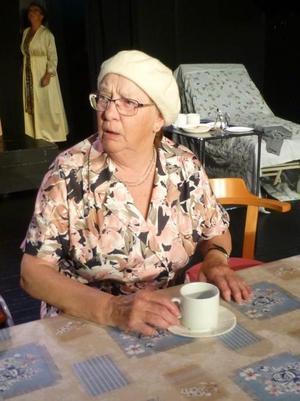 En rollbild ur lokalrevyn Sista dansen, där Gunlis får applåder för sin tolkning av en rapp gammal dam på ett servicehus.Foto: Privat