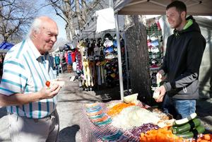 Rolf Rondahl från Karlskoga har som tradition att besöka Grythyttans marknader. Här kollar han in när Emils Dliesnets från Lettland demonstrerar en grönsaksskalare.