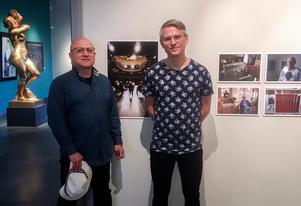 Issa Touma och Max Hebert vid några av bilderna i deras utställning på Länsmuseet. Foto: Ann Nilsén.