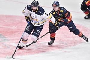 HV71:s Markus Lauridsen och Djurgårdens Jonathan Davidsson under annandagens ishockeymatch i SHL mellan Djurgårdens IF och HV71 i Globen.