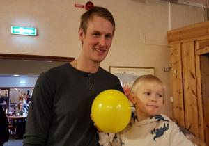Bollstasonen Erik Viklund med sonen Otto laddar för dansen.