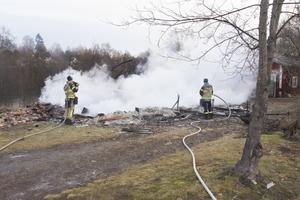 Bara en rykande askhög återstår av det bostadshus i Svedjeholmen, som började brinna natten mot onsdagen.