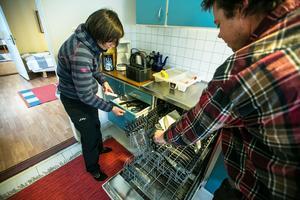 I 60-talsköket finns diskmaskin, spis med ugn, mikrovågsugn bakom en skåpdörr, och kyl och frys.