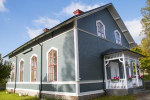 Baptistkyrkan byggdes vid förra sekelskiftet. Den behövde målas om när Emil och Fredrik köpte den för två år sedan. De valde färgen dunkelgrå.